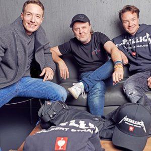 Henning und Steffen Strauss mit Metallica-Schlagzeuger Lars Ulrich und der neuen Kollektion e.s.motion ten