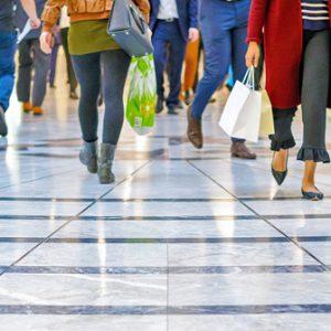 Verbraucher gehen durch Einkaufszentrum und stützen die Konjunktur