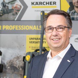 Exportleiter Axel Stolz vor ausgewählten Kärcher-Produkten