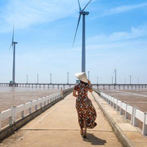 Windturbinen auf dem Meer bei Bạc Liêu, Vietnam