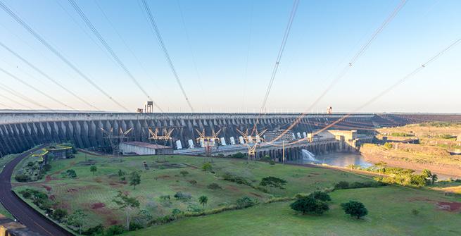 Itaipú-Staudamm an der Grenze von Brasilien und Paraguay