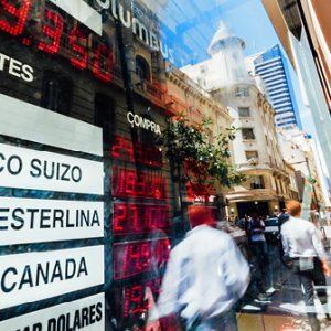 Devisenkurse spiegeln sich in Schaufenster