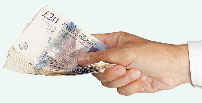Hand reicht Pfundnoten