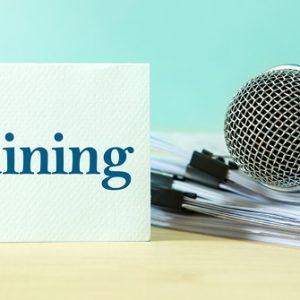 Mikrofon mit Schild Training