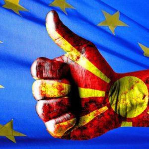 Hand mit mazedonischen Farben vor EU-Flagge