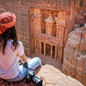 Touristin vor Felsenstadt Petra