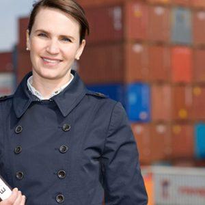 Frau vor Containern