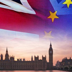 Fahnen vor dem britischen Parlament