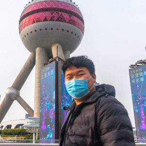 Mann mit Maske in Schanghai