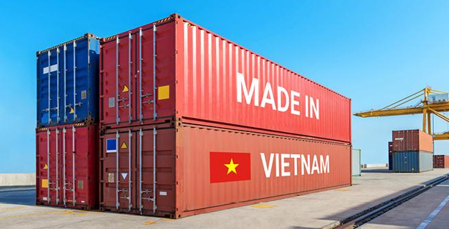 """Container am Hafen mit """"Made in Vietnam"""""""