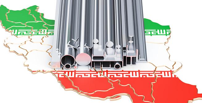Metallröhren vor Karte des Iran
