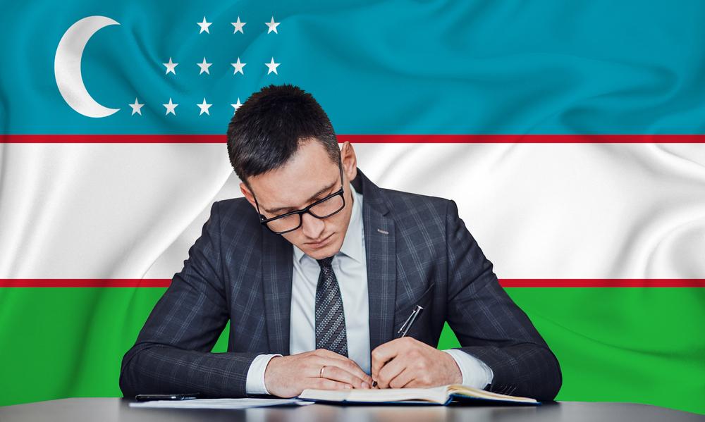 Unterzeichnung vor Flagge Usbekistan