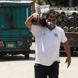 Mann trägt Sauerstoffflasche