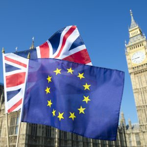 Flaggen EU UK vor Parlament