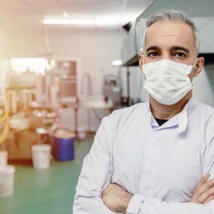 Forscher mit Maske im Labor
