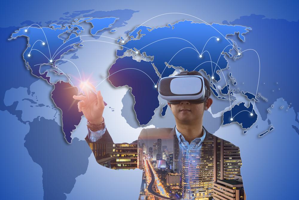 Mann mit VR-Brille vor Weltkarte