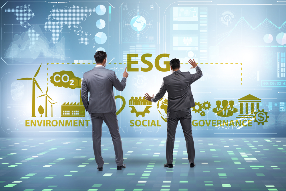 Männer vor Touchscreen ESG
