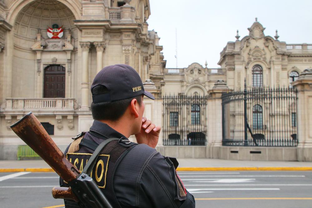 Polizist vor Regierungsgebäude Peru